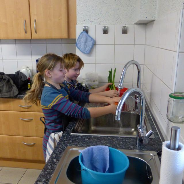 Juliane und Linus säubern das Gemüse!