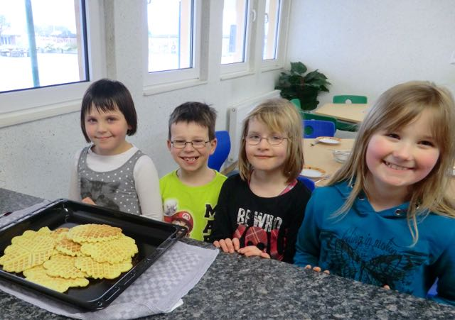 03_Waffel backen, Leonie, Marvin, Mila, Mia
