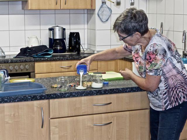 Iris Melcher bereitet das Schütteln vor.